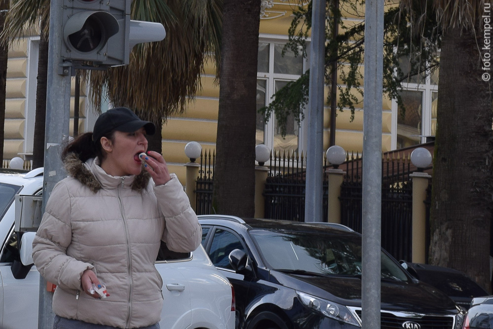 Девушки едят на улицах Сочи. Девушка ест банан в Сочи