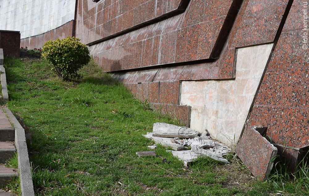 Завокзальный мемориальный комплекс в городе Сочи, собаки и разбитая плитка на мемориале павшим воинам.