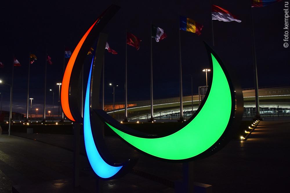 Олимпийский парк Сочи ночью в темноте. Фонтаны музыкальные с прожекторами. Аниматоры ночью в Олимпийском парке Сочи.