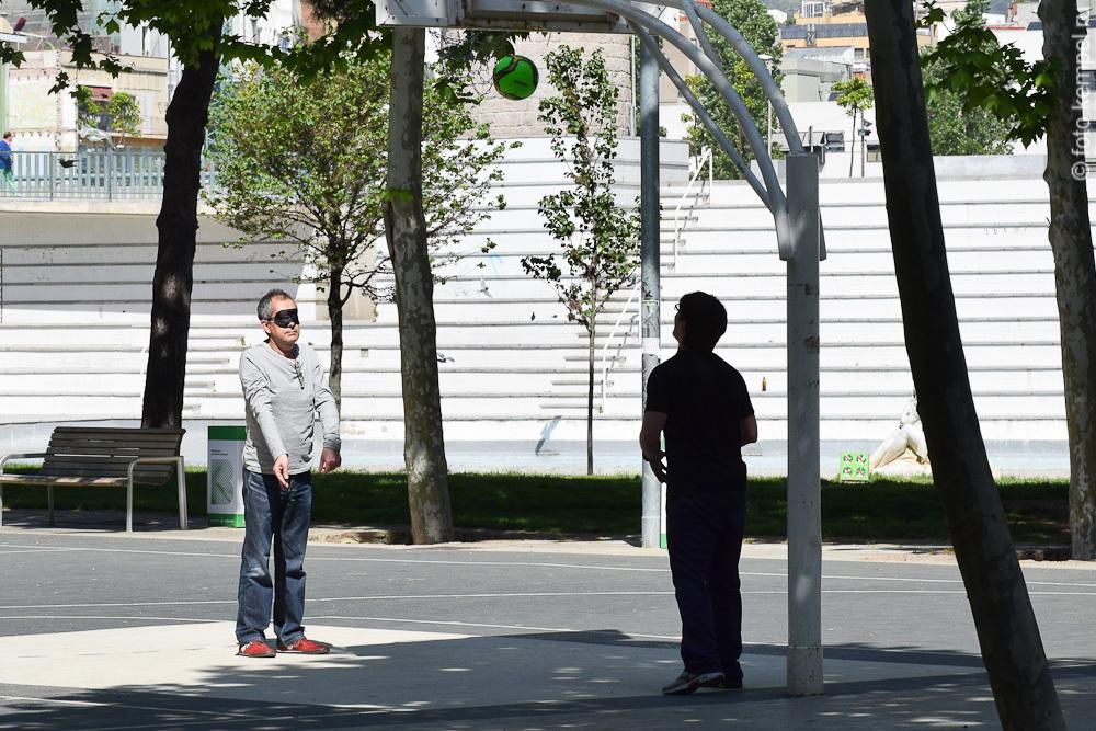 Слепой баскетболист тренируется в Барселоне