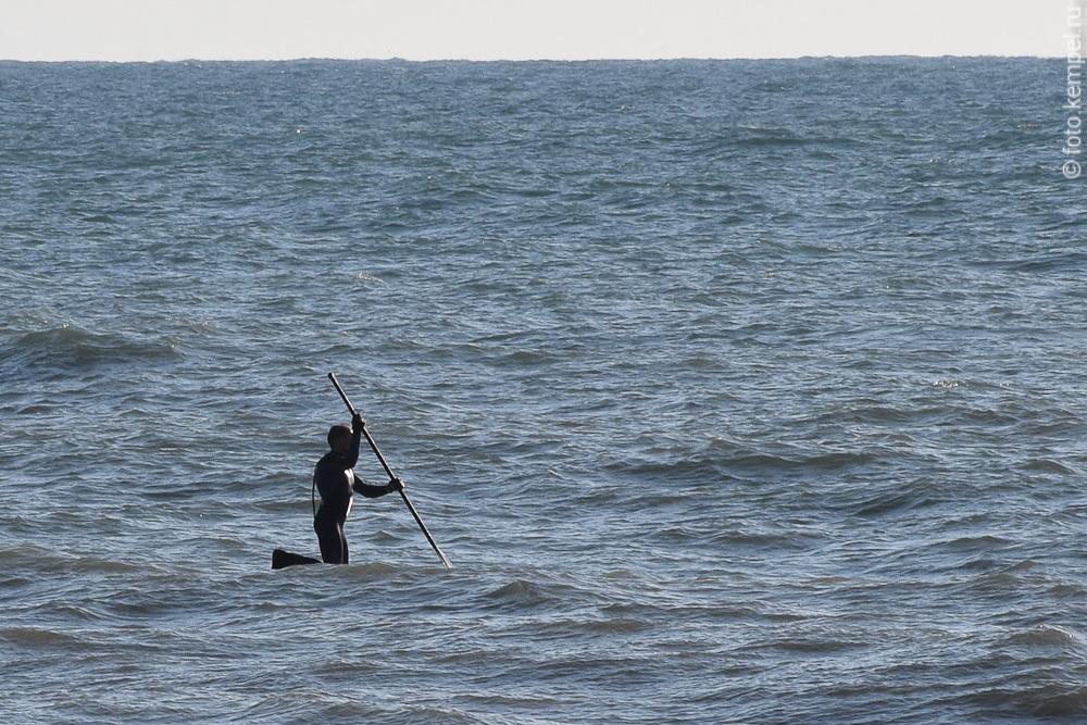 Как выглядит море в Сочи в феврале. Яхта в Сочи в феврале, Серфингист в Феврале на сочинском пляже