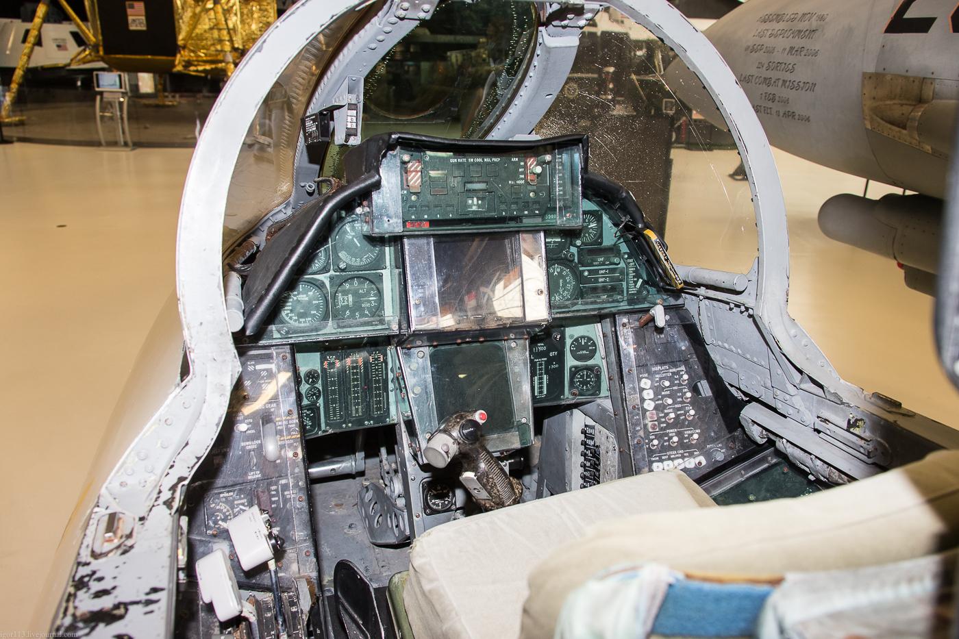 Naval aviation museum: кокпит истребителя-перехватчика Grumman F-14A  Tomcat