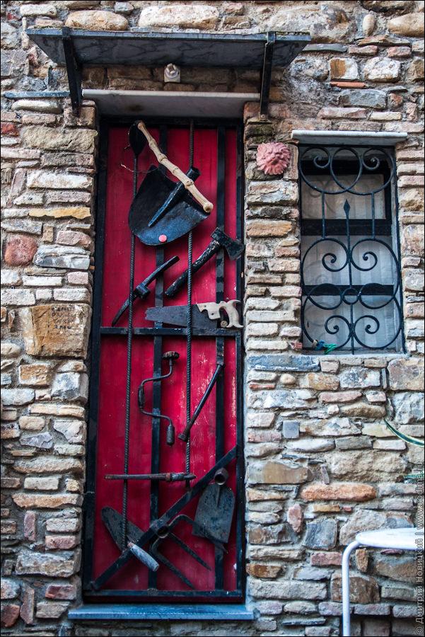 Двери с инструментами