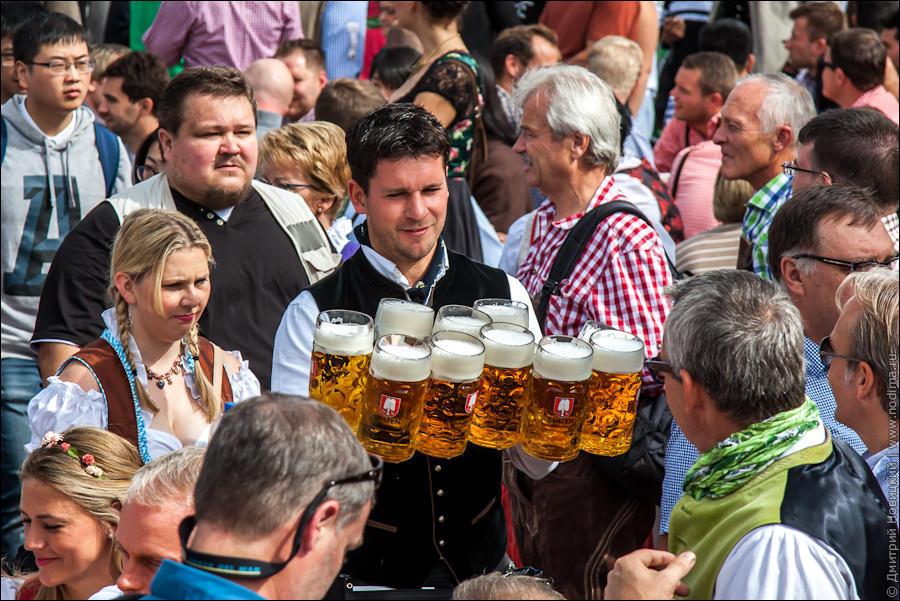 2. Официант с пивом на Октоберфесте