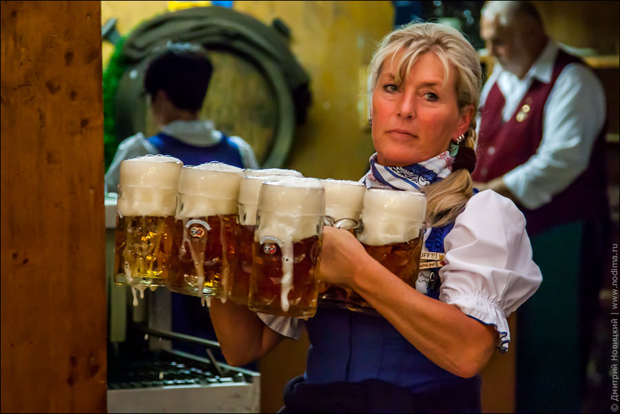 8. Официантка с пивом на Октоберфесте