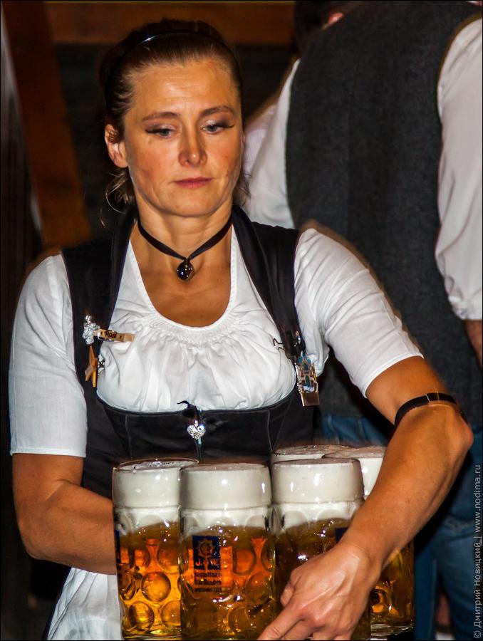 9. Официантка с кружками пива