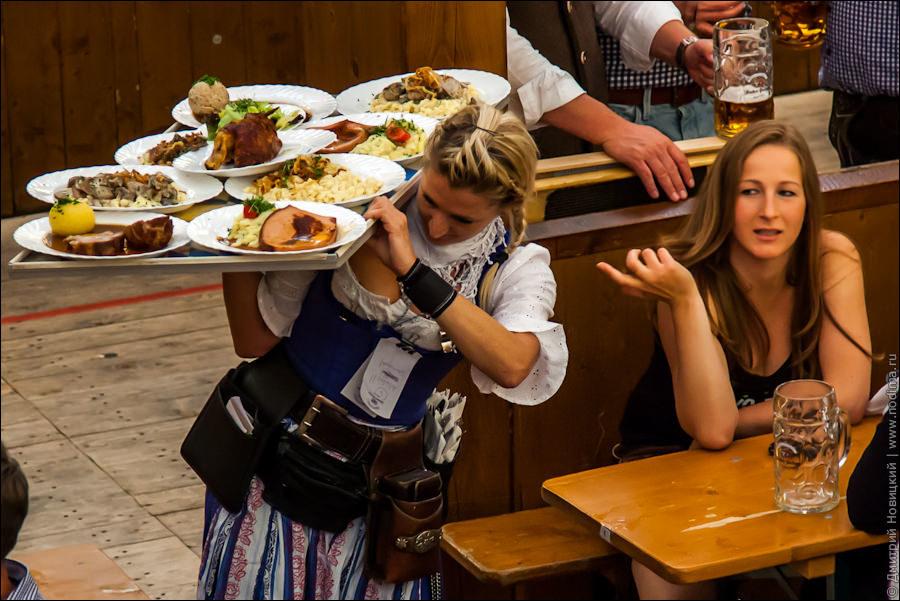 10. Официантка с подносом еды на Октоберфесте