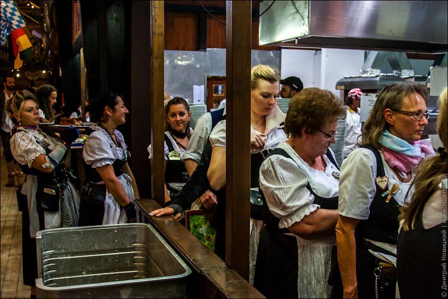 13. Официантки Октоберфеста в очереди за едой