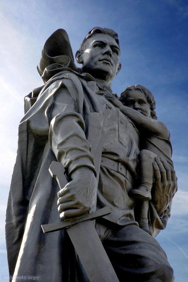 Картинки по запросу памятник воину освободителю в берлине фото