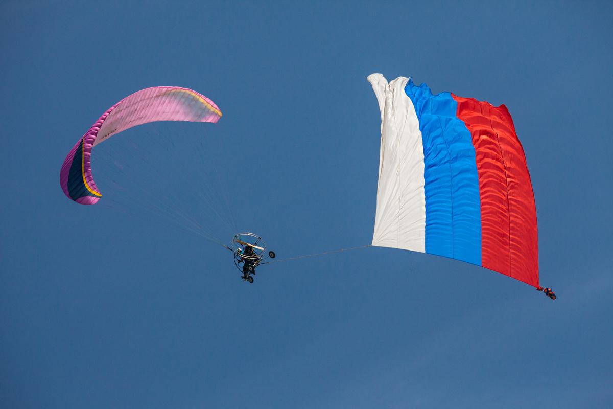 Мотопараплан с флагом РФ