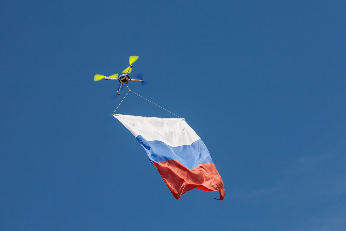 Квадроптер с флагом РФ