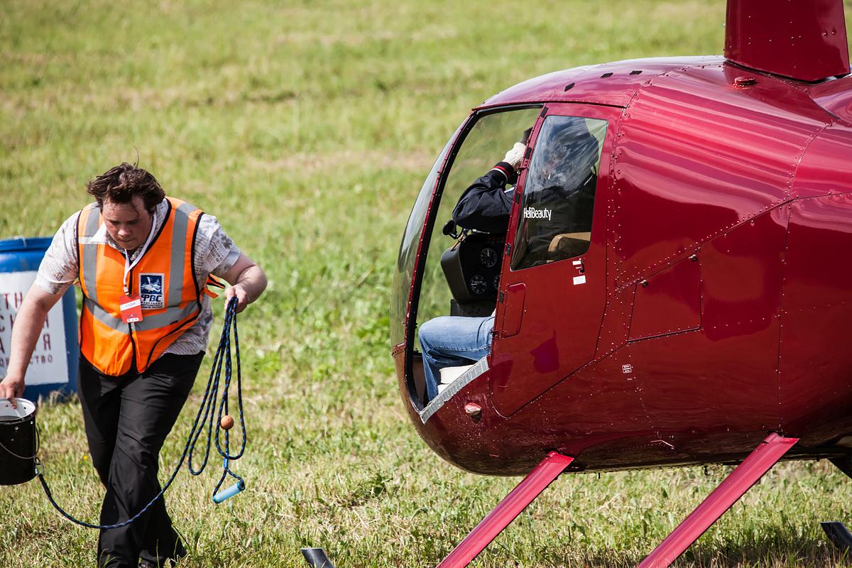 Вертолетный слалом: Robinson-44 и судья