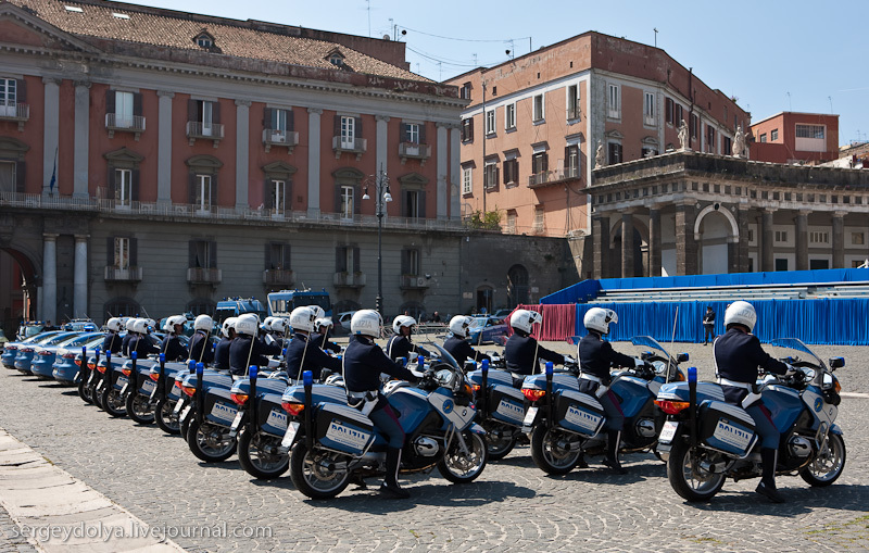 на площади Неаполя, где проходила репетиция полицейского парада