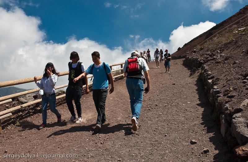 Высота Везувия 1281 метр, и почти на самый верх можно заехать на машине