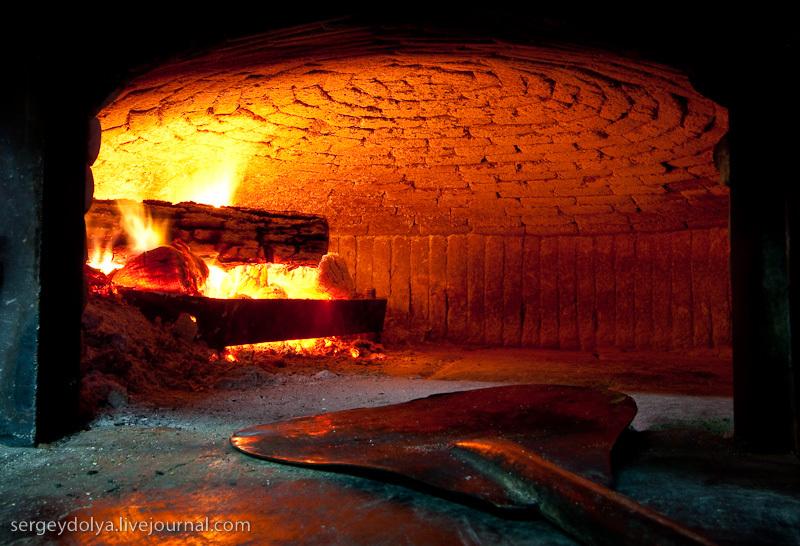 Нас пригласили на кухню и показали печь, в которой запекают пиццу