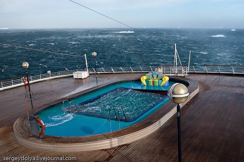 На корме есть второй открытый бассейн: