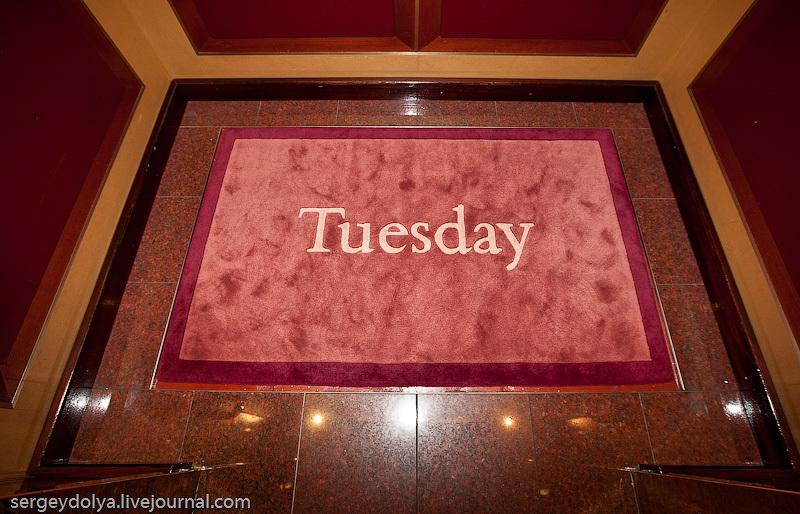 заботливая команда будет каждый день менять коврик в каждом лифте с названием Дня недели