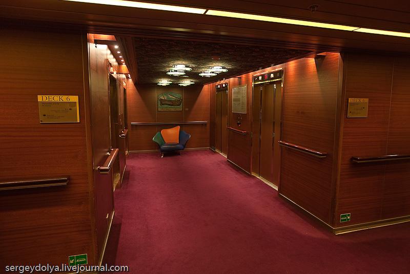 На носу, корме и в центре корабля есть группы лифтов