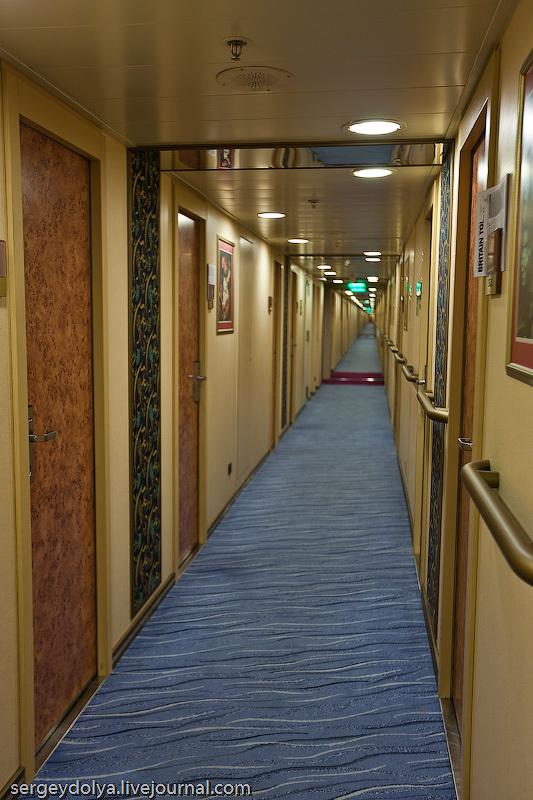 На жилых палубах коридоры тянутся через весь лайнер